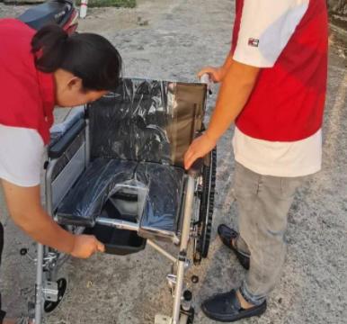 莲花县企业家爱心商会入户为老人送轮椅温暖送到家