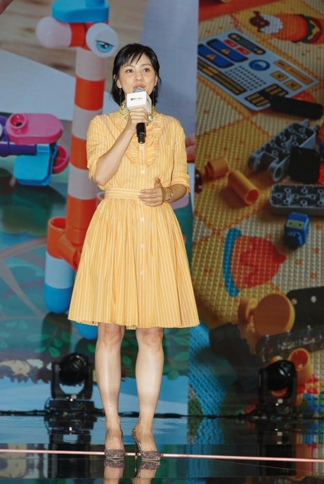 辣妈胡可打扮得真嫩,穿小黄裙像酷似少女,生图下皮肤状态也不错