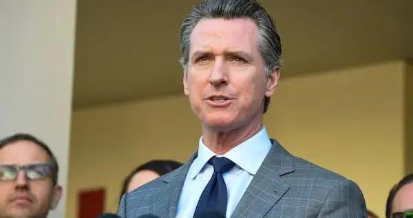 """加州州长和议员薪资将调涨4.2% 共和党称""""污辱纳税人"""""""