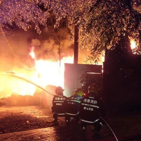 海南一废品站发生火灾,火焰高达五米,高压线被烧断…