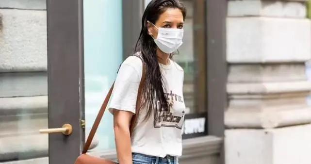 凯蒂分手后现身纽约街头,穿着简约时尚,一头湿头发引人关注