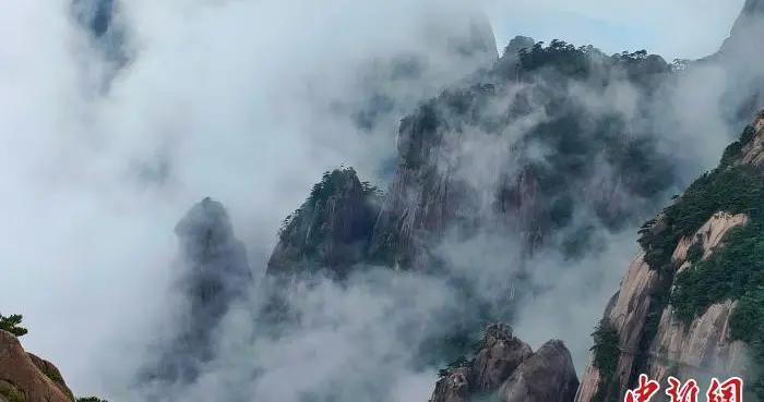 安徽黄山云雾缥缈迎客来