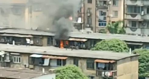 广西这居民家突发大火,房门关闭,7岁儿童独自在房间...
