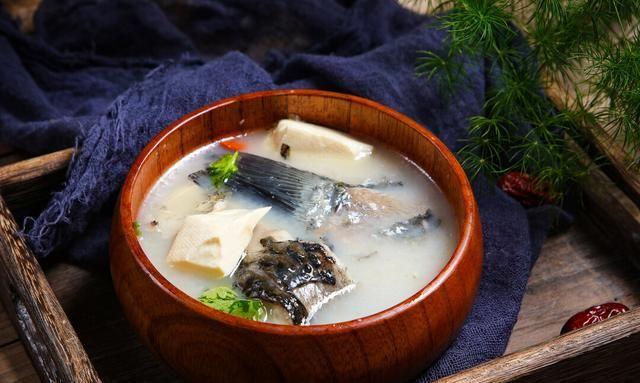 炖鱼汤时,放水和放鱼顺序很重要,教你正确的做法,鱼汤奶白香醇