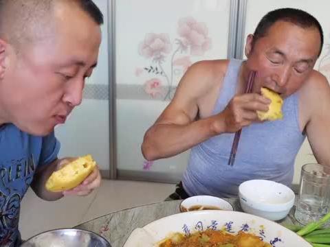 大彭是多爱吃农家菜?炖一锅豆角土豆窝瓜,搭配大饼子吃过瘾