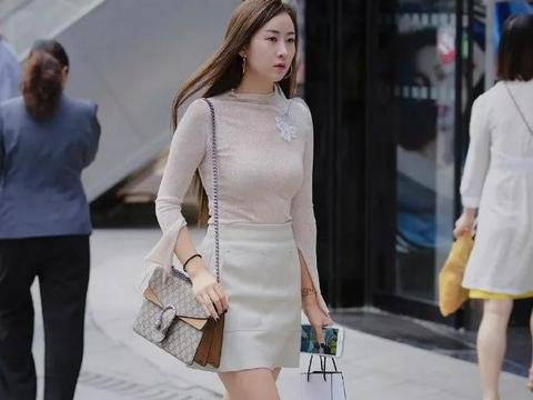 时尚街拍:脚上搭配一双气质的高跟鞋,让她看上去充满自信与优雅