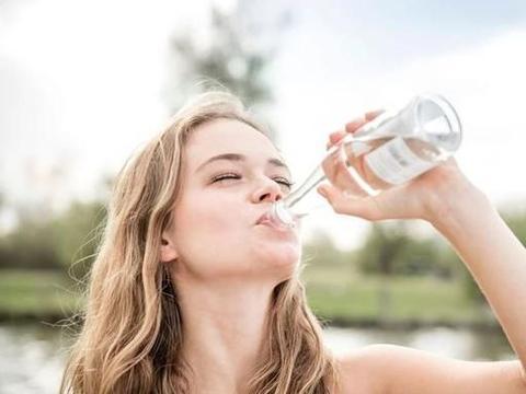 早上起床喝一杯温水,等于喝细菌?医生告诉你答案,看完或能明白
