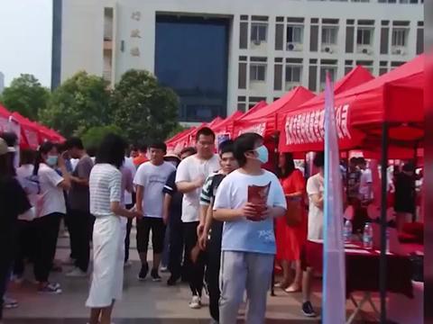 河南洛阳毕业生就业会现场,一男生带3名盲人同学肩搭肩结伴求职