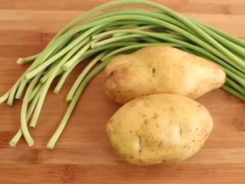 蒜苔加2个土豆,教你新吃法,营养解馋,好看又好吃,孩子超喜欢