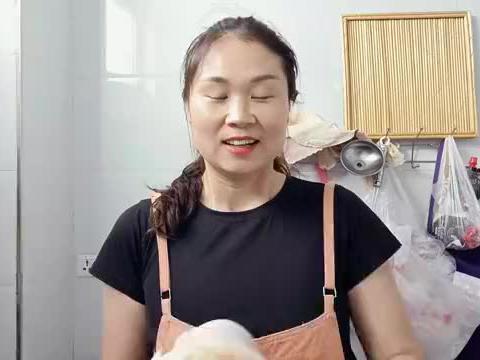 牛骨烤来吃是什么味道?直接用火来烤,味道好奇怪妹子最后吃吐了