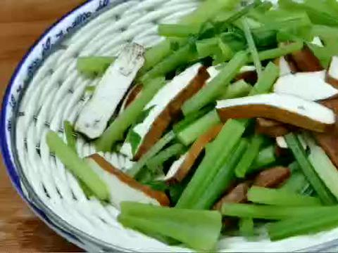 我用芹菜这样吃,5天腰围减了4厘米,太神奇了