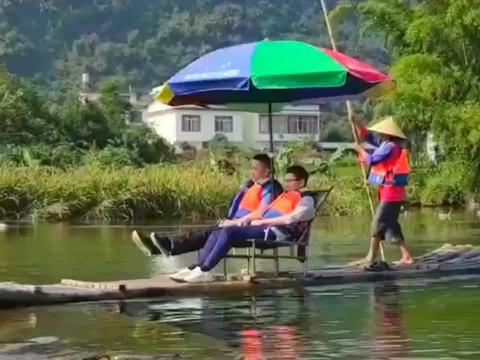 在桂林旅游拍到的一幕,没见过这么不专业的人,估计是要退休了!