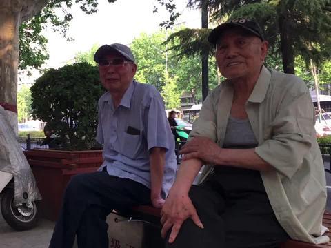 1952年,城市失业工人抬土,建郑州人民公园,50年代周围是庄稼地