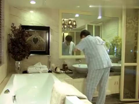 富二代刷牙发现停水了,谁知接下来又停电了,气得富二代崩溃大叫