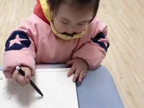 2岁宝宝画爸爸,轮廓清晰,五官精致,画完自己很满意,真好看
