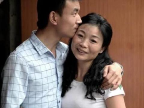 46岁大妈与23岁小伙因车结缘,结婚后打脸所有人,少夫老妻很幸福