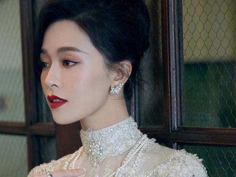 文咏珊终于肯扮阔太,红毯穿紧身纱裙秀漫画腰,戴珍珠项链真显贵