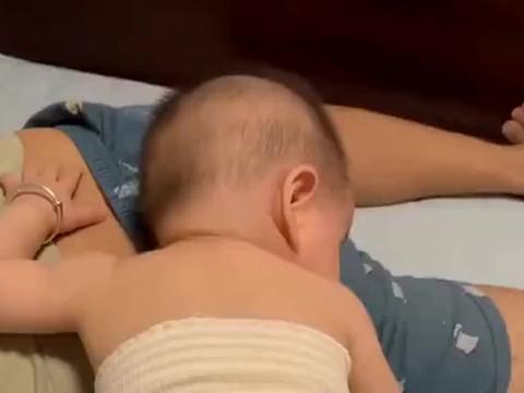 都已经凌晨三四点,宝宝竟还如此活泼,将老公吵醒才是他最终目的