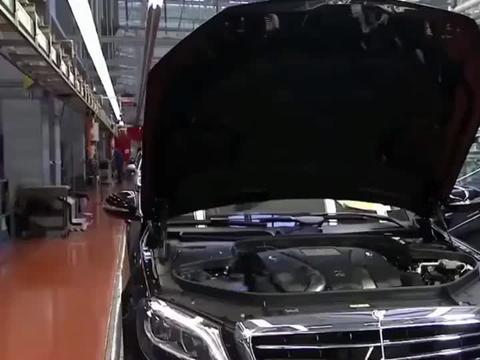 德国制造业的工艺 看看技工安装奔驰, 那标致的脸孔!