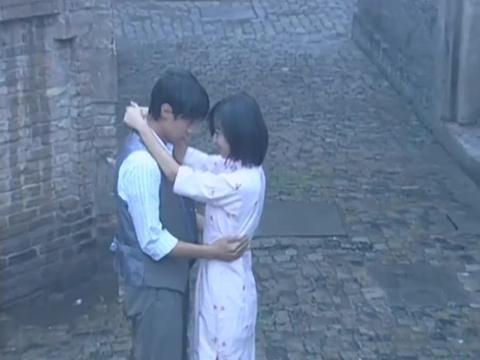 情深深雨濛濛:依萍跟书桓重归于好,两人雨中拥吻,被文佩撞见