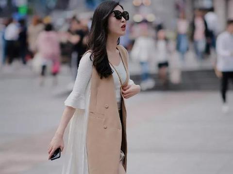 时尚街拍:美女脚上搭配一双高跟凉鞋,穿起来更加的清爽自然