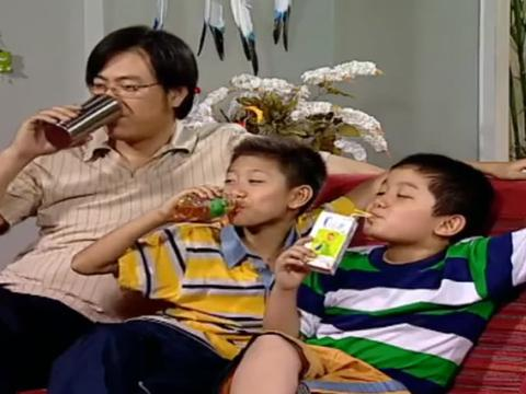 家有儿女:父子三人看电视,这动作一模一样,连喝水都是同时的!