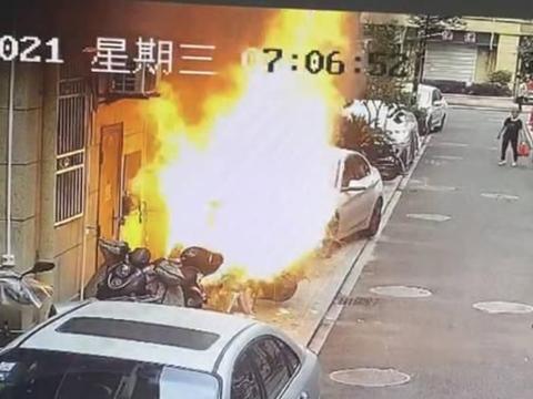 楼下电动车突然着火,男子身穿内裤来灭火