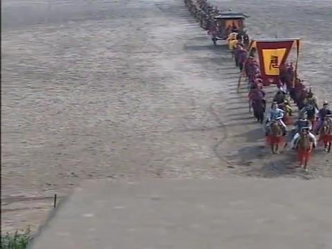 李世民跟着皇上坐车,李建成却垂头丧气,跟在后面骑马!