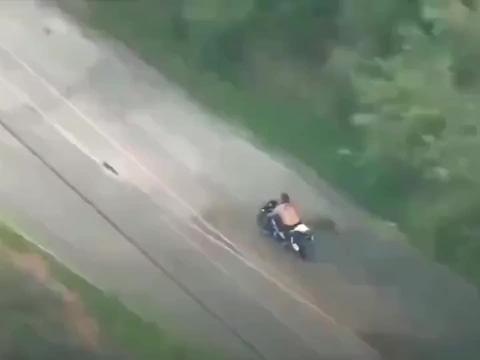 监控拍下摩托男子任性飙车,惩罚来得太快!悲剧了