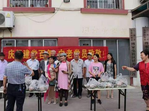 """""""沂蒙女雷锋""""为傅屯社区老党员送""""爱心粽"""""""
