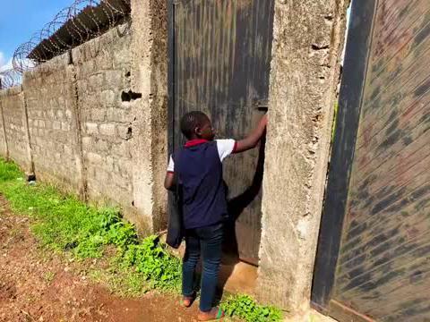买几斤牛肉到干儿子家的非洲小超市,还得知了怀孕的黛薇最新状况