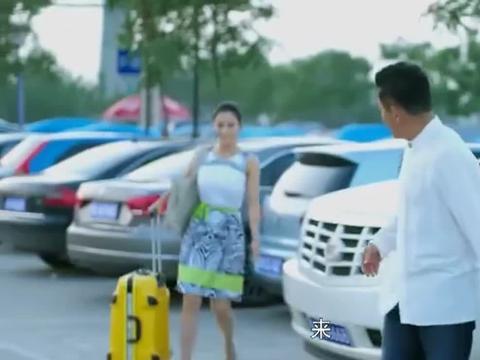 妻子带女友出国旅游,谁料机场被妻子撞见,妻子不哭不闹做法太赞