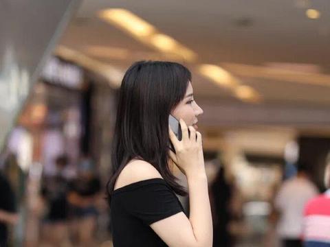 美女脚上一双黑色皮质高跟鞋,让她整体搭配看上去显得更加的魅力