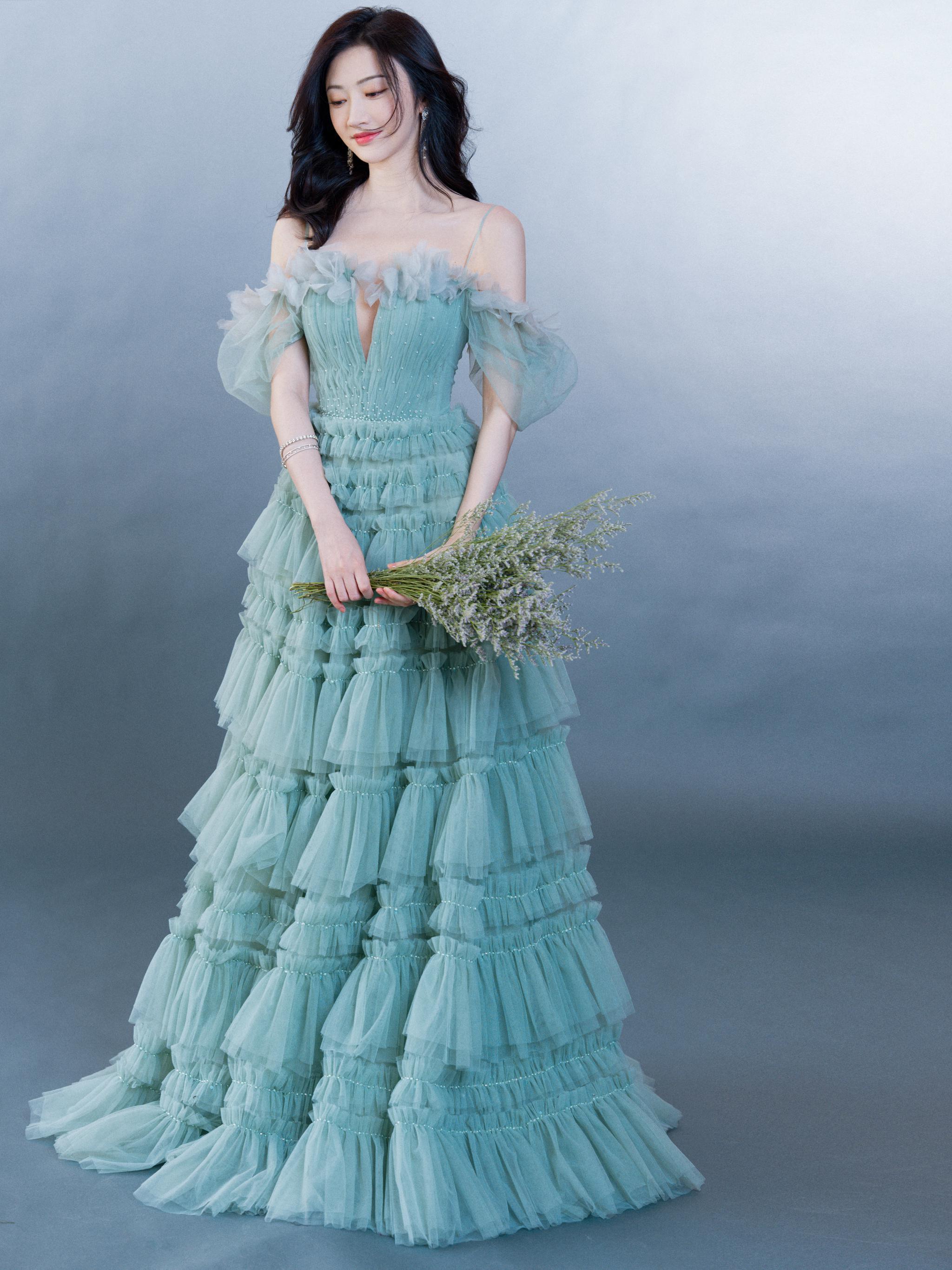 端午晚会造型,一袭烟波绿蛋糕礼裙搭配流苏耳饰……