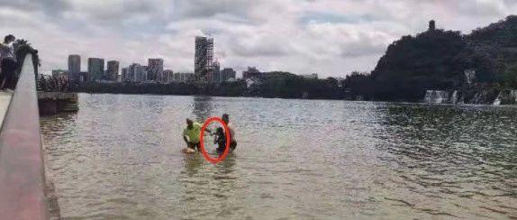 驷马况?年轻女子接完电话后突然跳进金沙角附近河中!岸上两男也跳了下去…