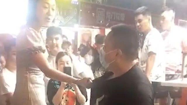 吉林女子被摸臀骚扰,气势汹汹逮住男子衣领:你不要脸我也不要!