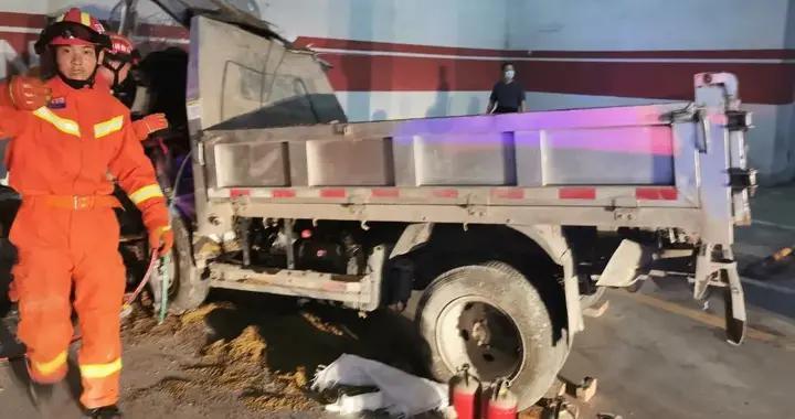 上饶一货车撞向停车场出入口,消防及时救援
