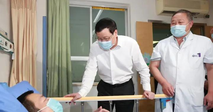 湖北省委书记应勇赴十堰看望接受治疗的受伤群众
