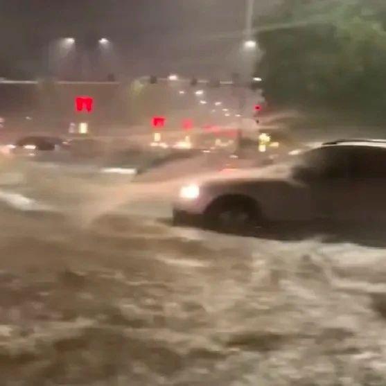 河南濮阳突降暴雨街道成河,男子积水中花式仰泳