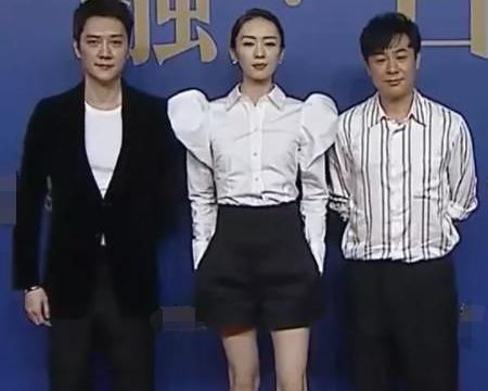 冯绍峰离婚后首次公开亮相,脸色憔悴眼袋明显,强颜欢笑风格大变