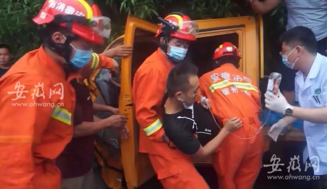 超车引发交通事故一司机被困 宿州消防施救