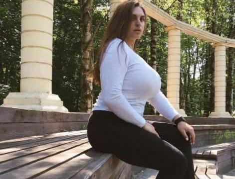 俄罗斯美女举重运动员,S型身材魅力十足,一袭黑裙凸显好身材