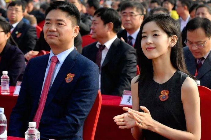 比刘强东大5岁的丈母娘长啥样,颜值不输女儿很惊艳,网友:自闭了