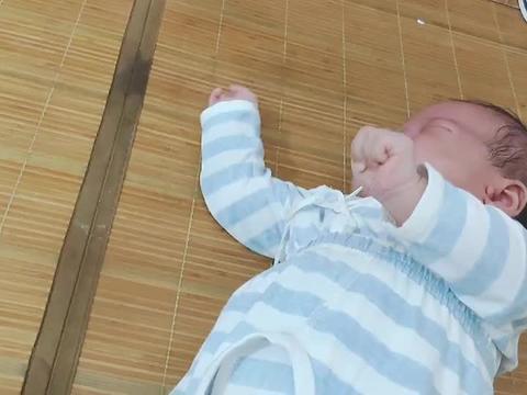 40天的宝宝是戏精,想吃奶的时候就假哭,妈妈却拿你没办法