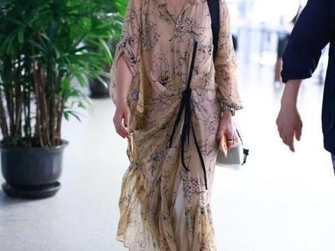马伊琍还是上了年纪,身材缩水明显,穿宽松裙子完全撑不起来