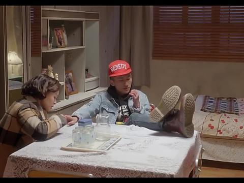 儿子剪个指甲还让妈剪,惯成这样,真是个废物!