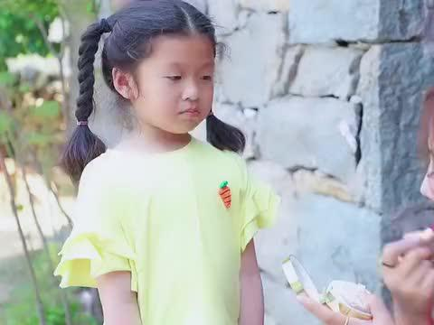 小女孩去捡垃圾想让妈妈早点回来,感动所有人。