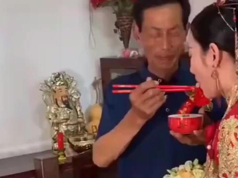 父亲在女儿面前哭的像个孩子,依依不舍喂女儿吃分家饭!