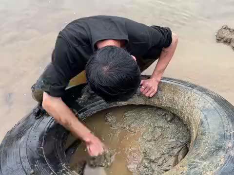 十年未干的河流放水后,抓土货一只又一只,小伙直呼发财了