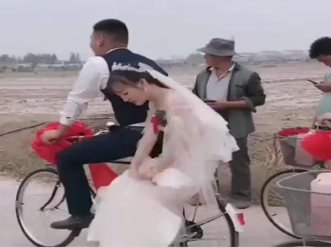 农村人思想越来越开放了,结婚竟然用自行车当婚车,太亮眼了!
